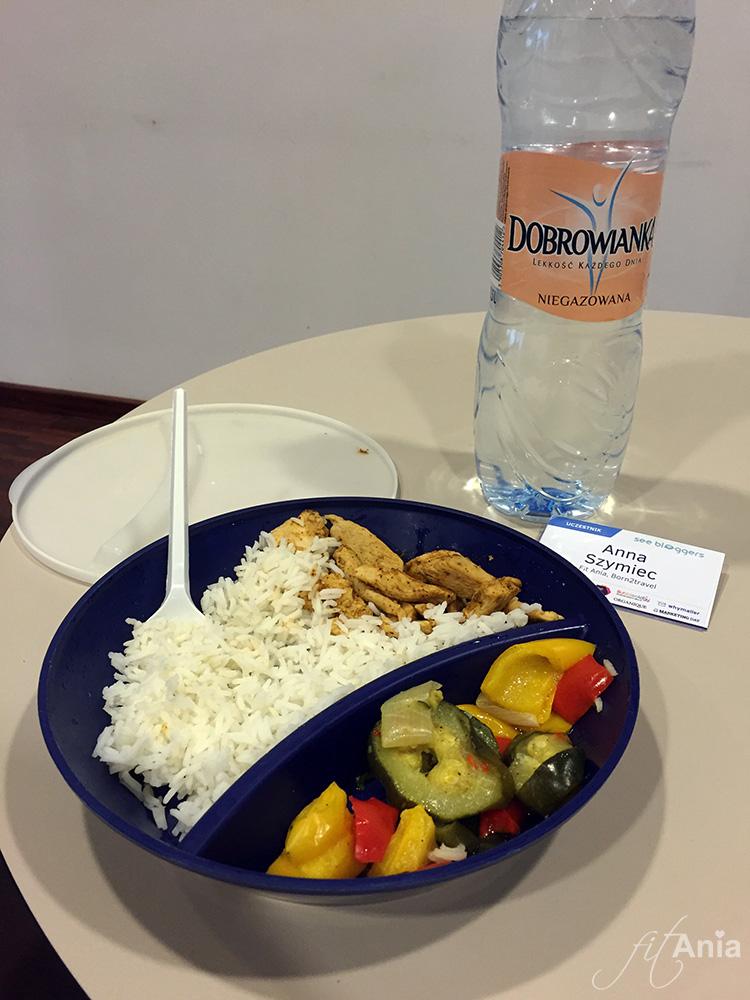 Kurczak, ryż, warzywa i woda. Dużo wody. Redukcyjny standard... Ale całkiem niezły ;)