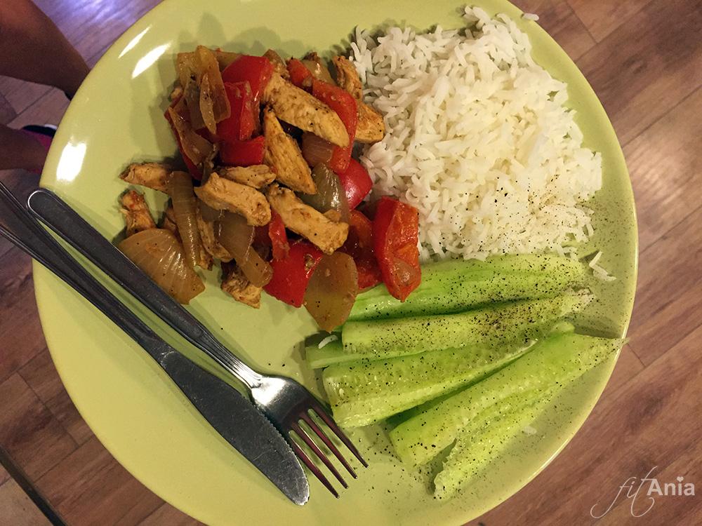 Tutaj jeszcze wersja bez pomidorów, z ryżem Basmati i świeżym ogórkiem.