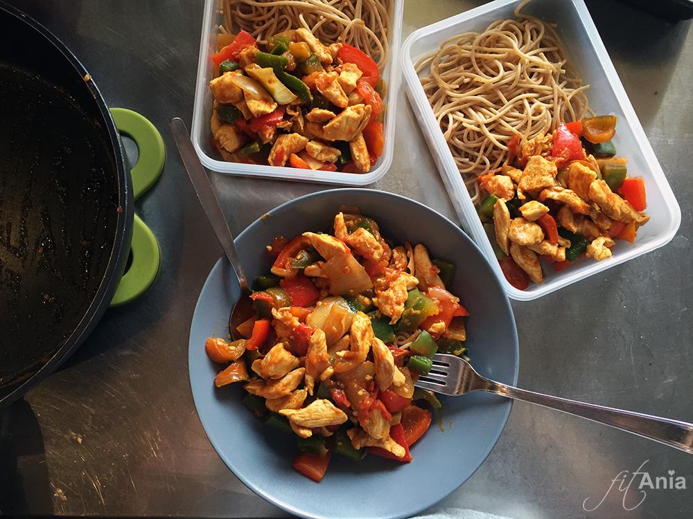 Przygotowywanie posiłków na cały dzień. Tak to wygląda na redukcji... ;)