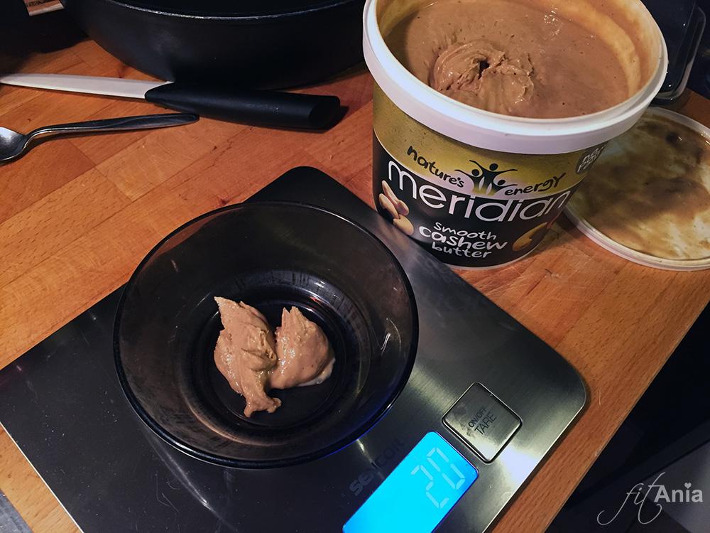 Wydzielona porcja naturalnego masła orzechowego do kolacji. Makrosy muszą się zgadzać! ;) Było rewelacyjne - niebo w gębie!