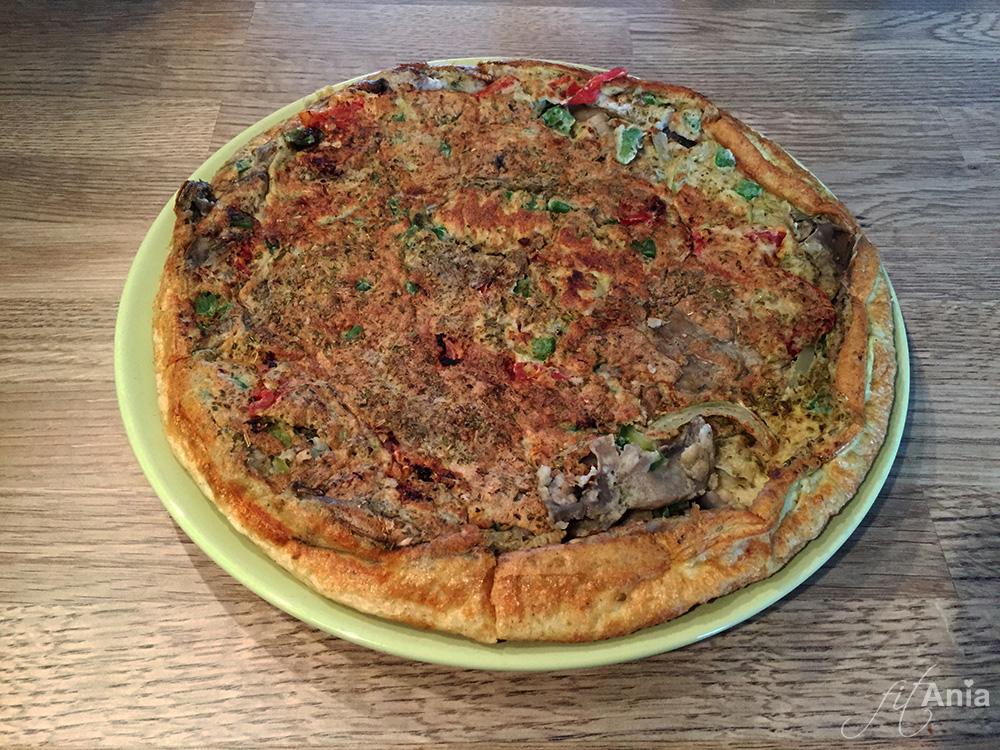 Wygląda jak pyszna, pachnąca pizza na grubym cieście wyjęta prosto z pieca... a to tylko omlet! ;)
