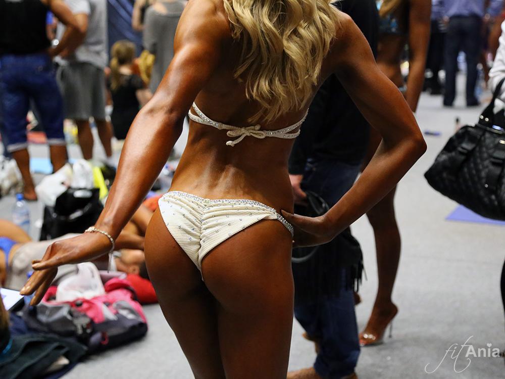 Zawodniczka Bikini Fitness Paula Mocior ćwiczy pozowanie przed wyjściem na scenę. MP Kielce 2014.
