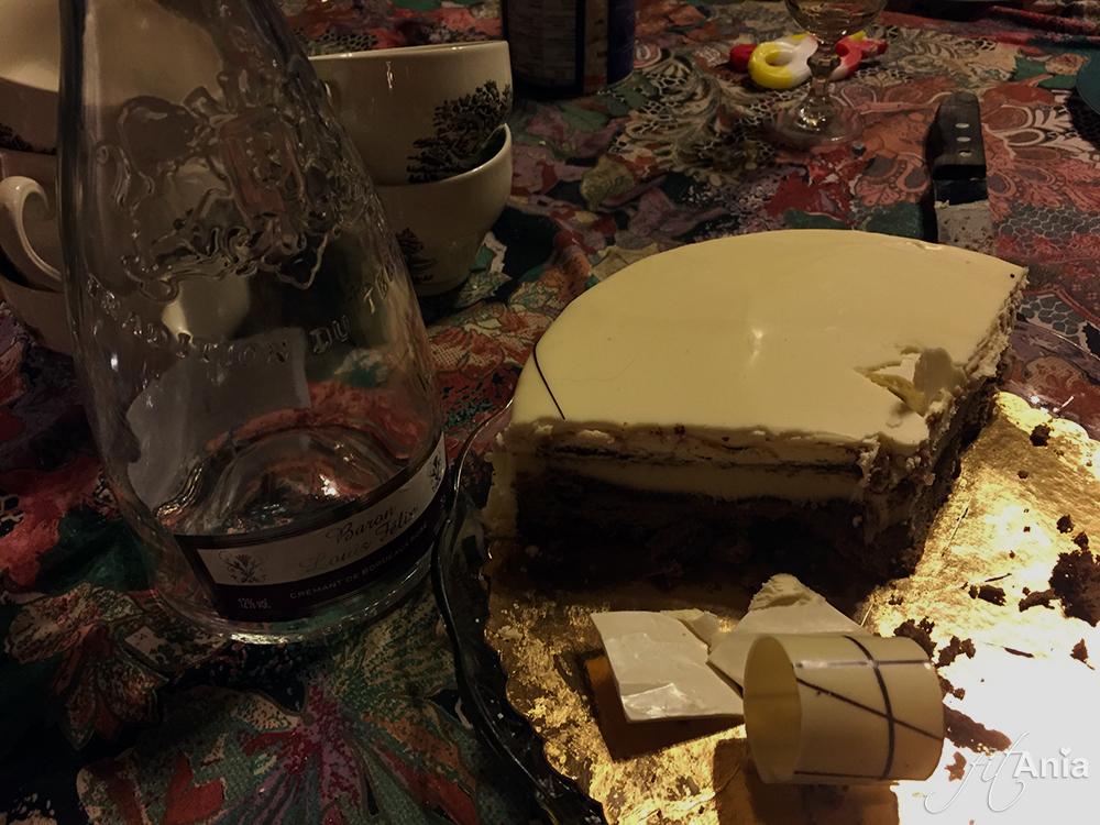 Butelka po winie i tort bezowy. A w tle, jak dobrze się przyjrzycie - zobaczycie moje wafle ryżowe...