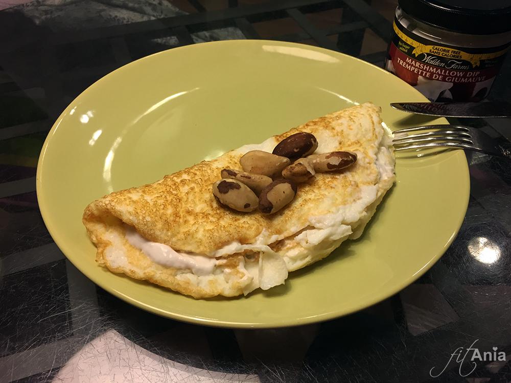 Omlecior białkowy z dipem marshmallow 0 kcal i orzechami brazylijskimi.