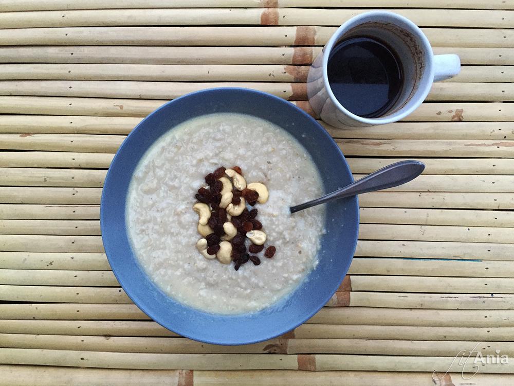 Owsianka z izolatem i czarną kawą - na chłodne poranki opcja idealna!