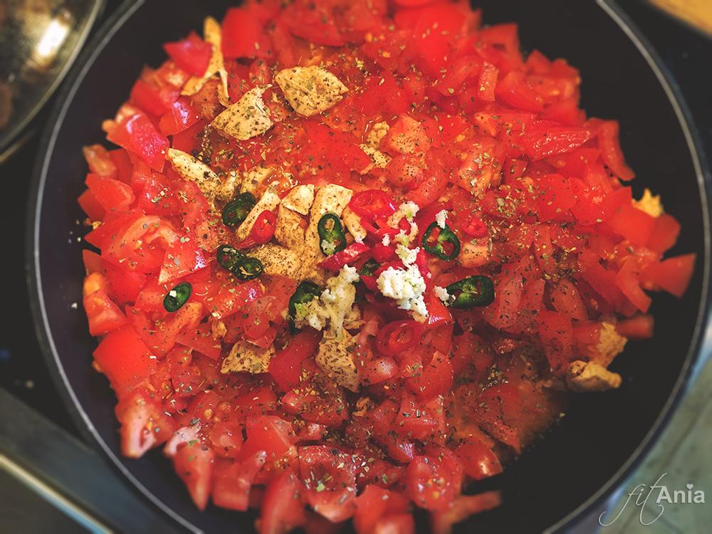 Czosnek, zioła, pomidory i papryczki - czy to nie pachnie pięknie? A jeszcze lepiej smakuje! :)