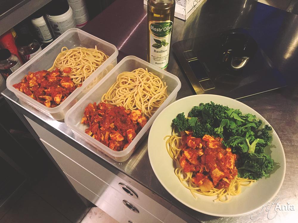 Moją ulubioną opcją ostatnio jest makaron razowy spaghetti z kurczakiem w pomidorach, bazyliową oliwą i jarmużem :)