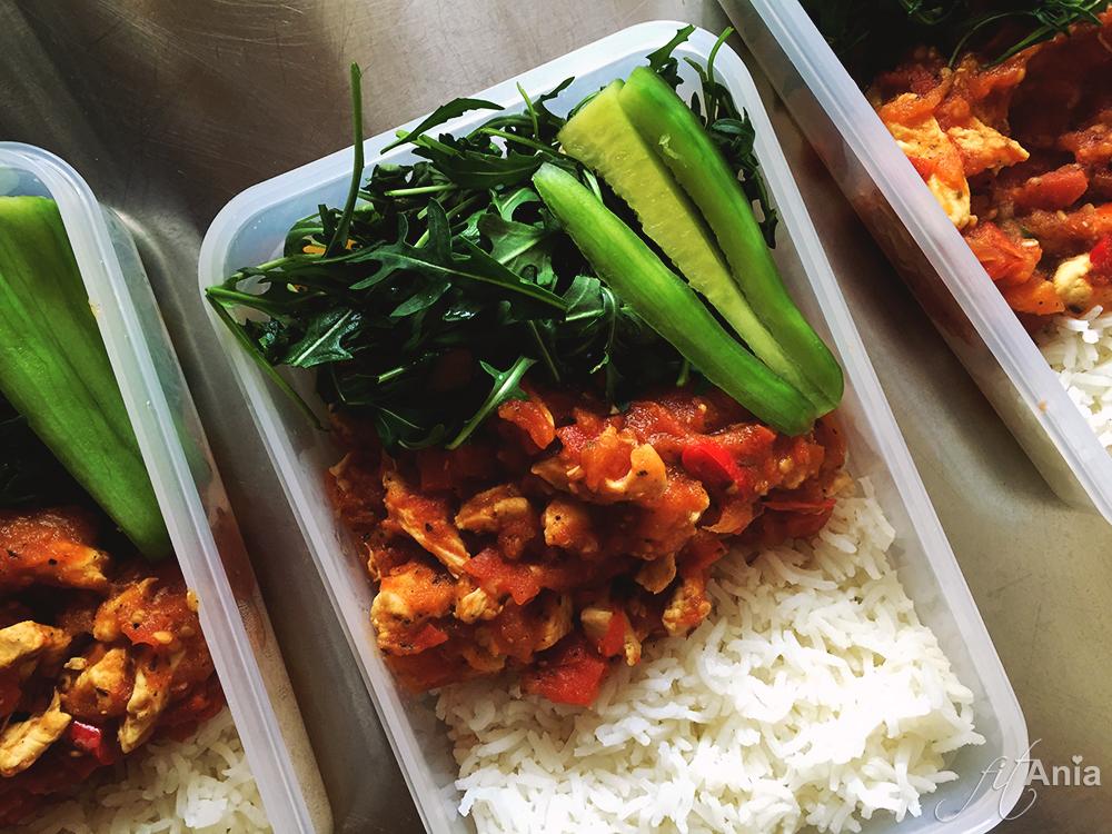 Do gotowego dania możemy dodać oczywiście ulubione warzywa - tutaj rukola i świeży ogórek (tylko nie piszcie mi o tym, że nie łączy się pomidora z ogórkiem - błagam! :P)