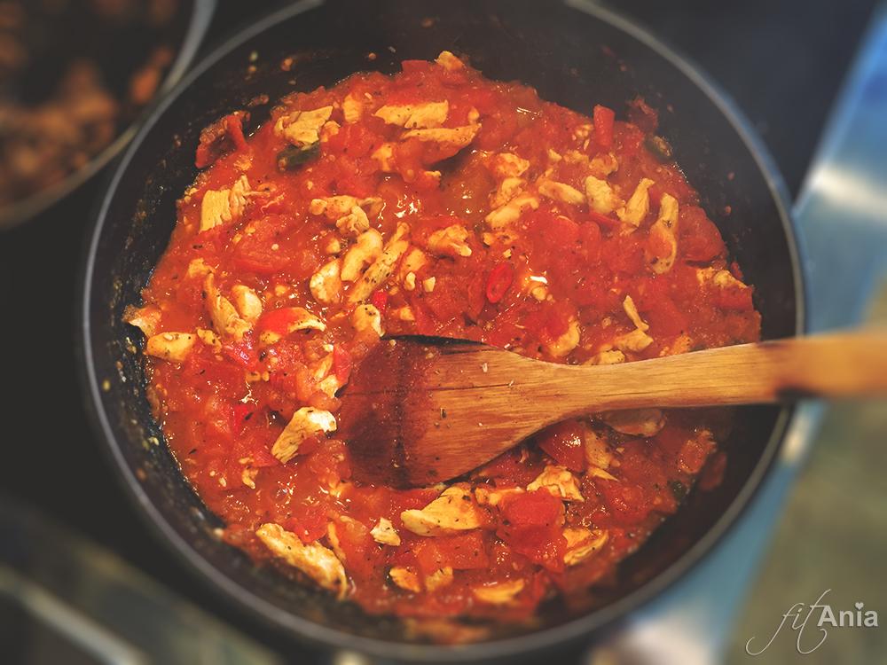 Z pomidorów po chwili powstaje smaczny sos... :)