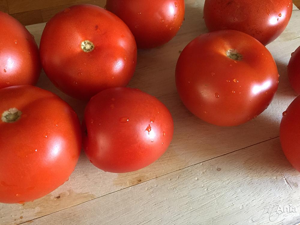 Świeże pomidory możemy dla ułatwienia zastąpić tymi z puszki :)