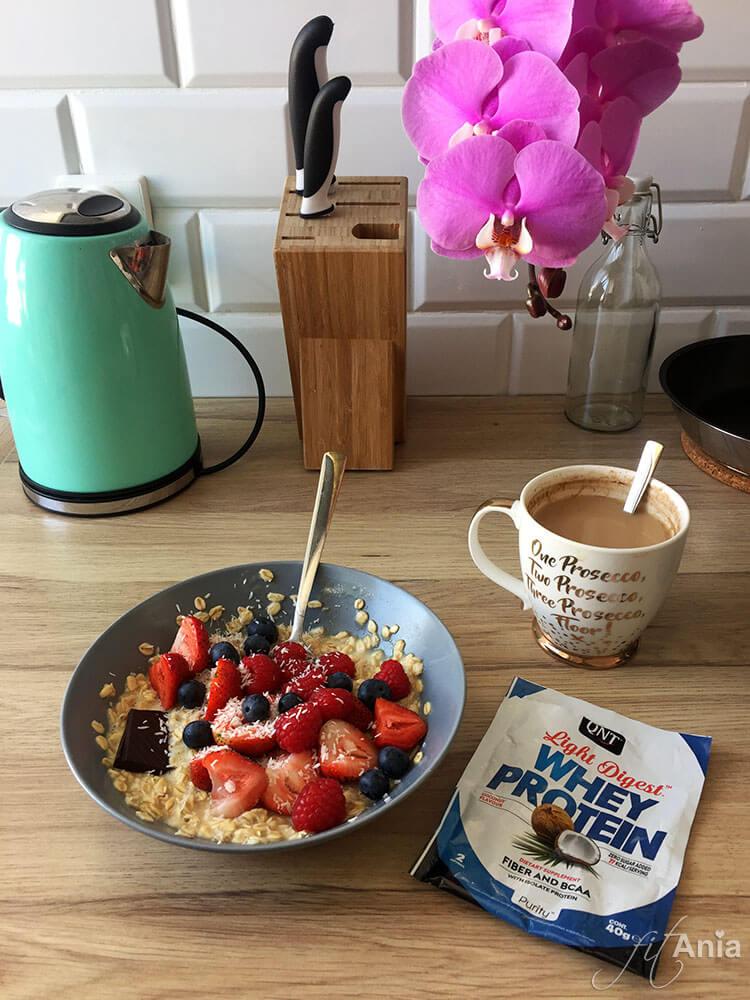 Zdrowe relacje z jedzeniem. Kawa z mlekiem, owoce czy kostka czekolady w końcu nie są przestępstwem!