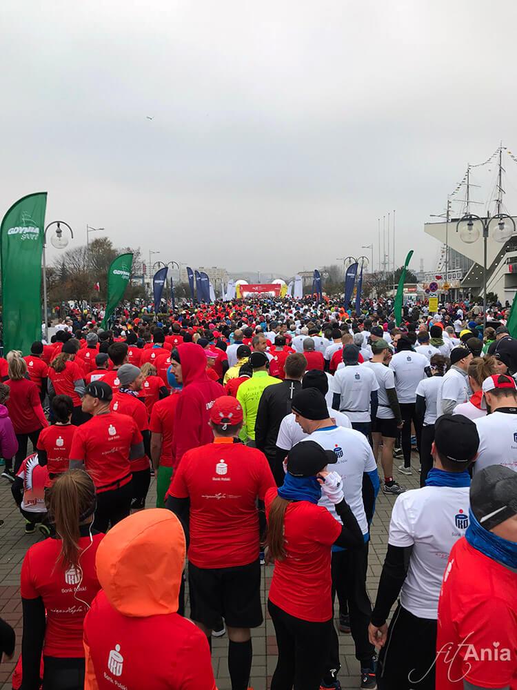 Biegacze w przed startem w Biegu Niepodległości w Gdyni 2018