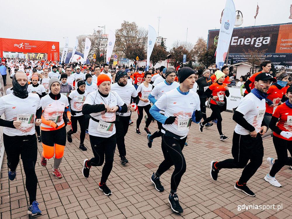 Biegacze, start Biegu Niepodległości w Gdyni