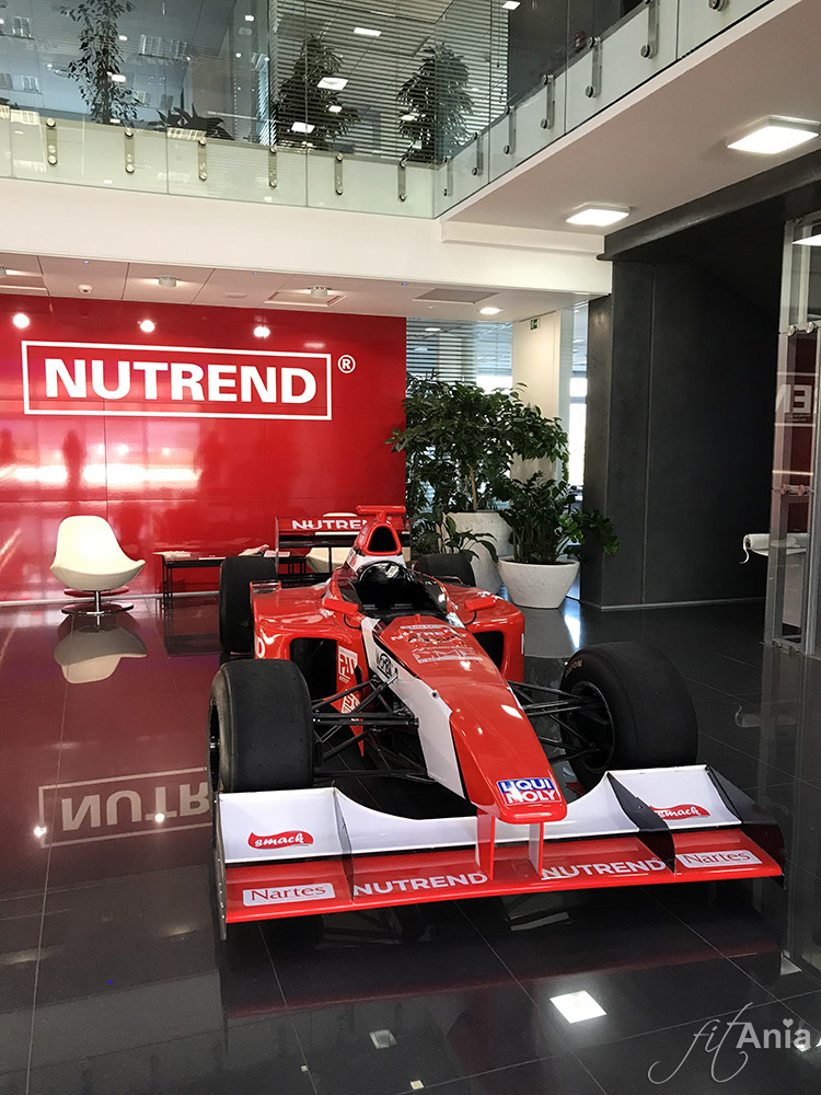 Bolid Formuły 1 w siedzibie firmy Nutrend