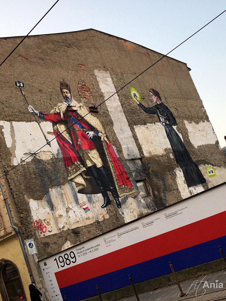 Mural w Ołomuńcu: Król Edward VII z selfie stickiem i Maria Skłodowska-Curie