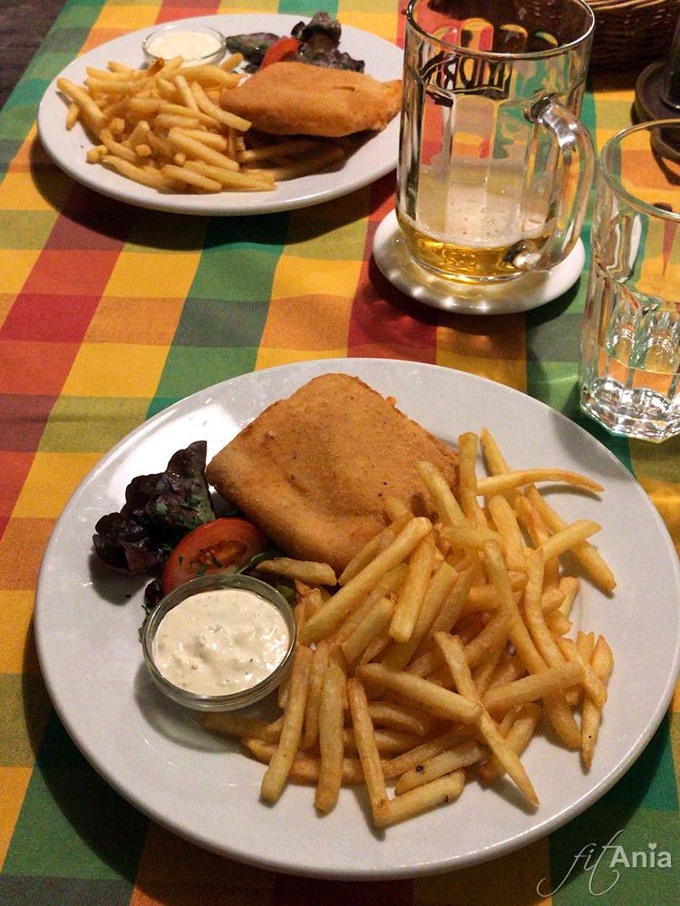 Czeski smażony ser z frytkami i sosem tatarskim w Ołomuńcu