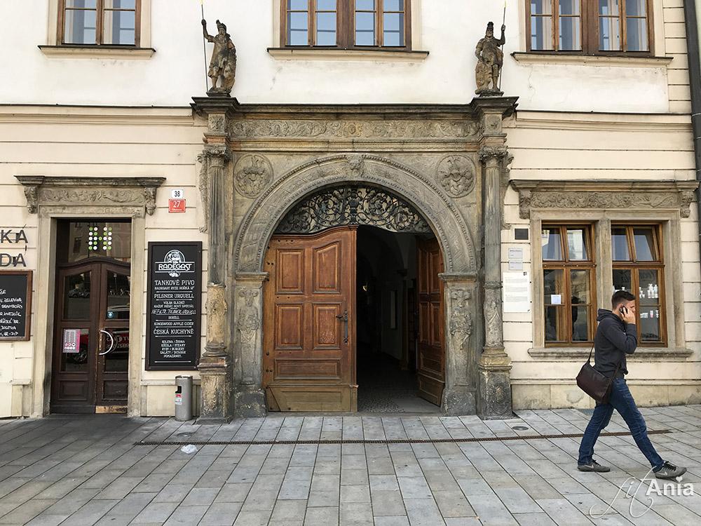 Zabytkowe drzwi kamienicy w Ołomuńcu